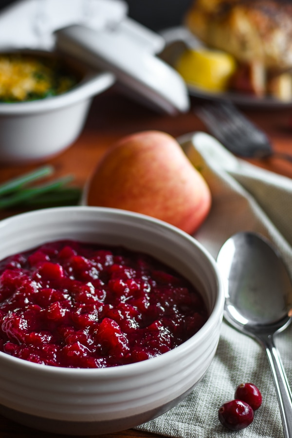 This low-sugar, 21 Day Fix Apple-Cranberry Sauce is an easy, delicious and healthy addition to any holiday table! #healthy #21dayfix #holiday #thanksgiving #healthyholiday #healthythanksgiving #fall #lowsugar #glutenfree #dairyfree