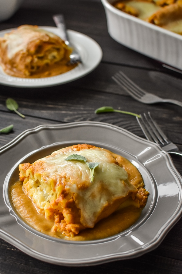 These deliciously cheesy 21 Day Fix Pumpkin and Sausage Lasagna Rolls make the perfect healthier fall family dinner. Total comfort food that's kid tested, kid loved!