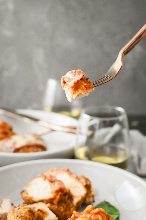 This Healthy Chicken Parmesan is such a flavorful and delicious kid-friendly dinner! includes 21 Day Fix container counts and WW Points (for all plans!) #21dayfix #weightwatchers #ww #airfryer #healthy #healthydinner #italian #healthyitalian #weightloss #mealprep #kidfriendly #familyfriendly #upf #ultimateportionfix #beachbody #portionfix #chickendinner #chicken #healthychickendinner