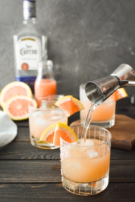 The Honey Paloma is an easy and delicious tequila-based drink that's perfect to pair with all of your favorite Mexican dishes! WW | 21 Day Fix | gluten-free #paloma #tequila #cincodemayo #mexican #21dayfix #21dayfixcocktail #skinnycocktail #ww #weightwatchers #weightloss #glutenfree #vegetarian #summer #summerdrink #summerdrinks #alcohol #mothersday #pinkdrink #bridalshower #party #grapefruit